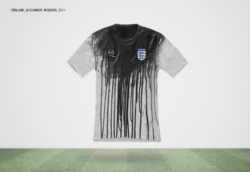Angleterre, Alexander McQueen, 2011. Voir plus d'exemples : http://daily-movement.com/designer-world-cup-football-jerseys-by-famous-fashion-designers/