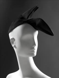 Le chapeau Escarpin (automne-hiver 1937-1938) : C'est une photographie de 1933, dans laquelle Dali pose avec une pantoufle sur la tête, qui a inspiré à ce dernier l'idée d'un chapeau chaussure. Séduite par les esquisses du peintre, Schiaparelli l'intègre aussitôt dans sa collection automne-hiver 1937.