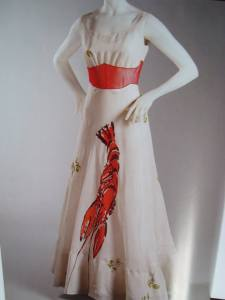 La robe Homard (été 1937) : Inspirée à Schiaparelli par Dali, cette robe de soirée en organdi est imprimée d'un grand homard. Animal que l'on retrouve dans les créations du peintre.