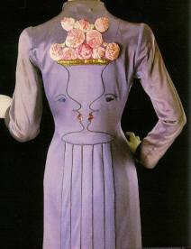 Manteau de soirée (automne 1937) : Également réalisée avec la collaboration de Jean Cocteau, ce manteau d'un mauve vespéral, brodé de deux visages qui se rencontrent, crée en trompe l'œil un vase empli de roses