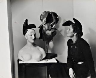 Photographie de André Maillet (1938) mettant en scène Gala Dali coiffée de la création de Schiaparelli