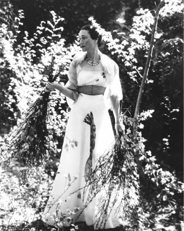 Photographie de Wallis Simpson (été 1937) : La duchesse de Windsor pose pour Vogue vêtue de la robe Homard de Schiaparelli au château de Candé (Cecil Beaton/ Right:)