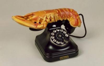 Le téléphone Homard ou téléphone Aphrodisiaque (1936) : Cette oeuvre de Dali réalisée en 1936 pour le collectionneur Edward James est typique du surréalisme. Il faut savoir que Dali associe le homard au désir érotique, si bien que ce téléphone peut être imaginé comme un lien entre le conscient et l'inconscient de l'utilisateur.