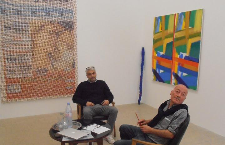 De gauche à droite : Frank Elbaz devant une oeuvre de Mungo Thomson et Giorgio Fidone Photo Artoris Magazine