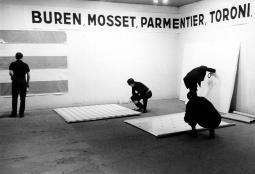 Photo-souvenir - De gauche à droite, Michel Parmentier, Daniel Buren, Olivier Mosset, Niele Toroni. « Manifestation 1 », 3 janvier 1967, 18e Salon de la Jeune Peinture, Musée d'art moderne de la Ville de Paris. ©Bernard Boyer.