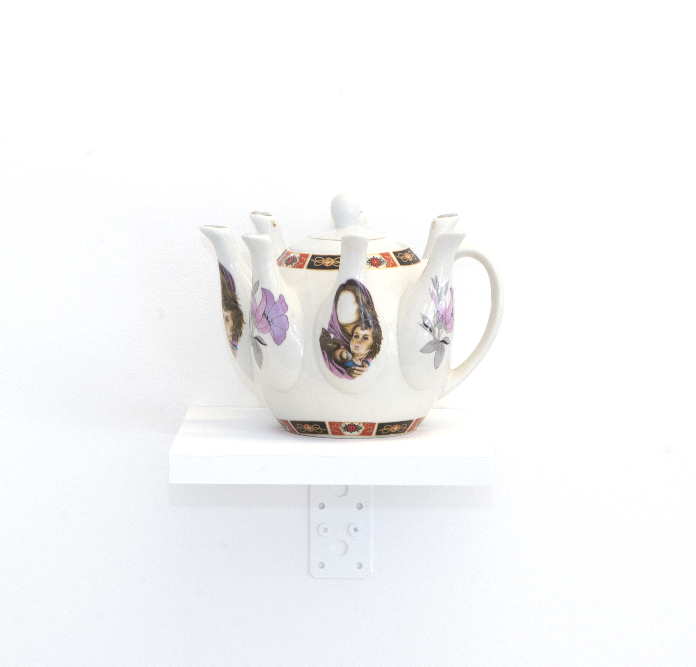 Alia Farid Détails de l'installation Between Dig and Display, 2017 Théière en porcelaine Oeuvre unique Courtesy de l'artiste et Galerie Imane Farès