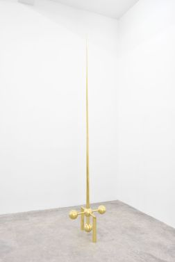 Artur Lescher Ponteio, 2018 Brass 300 x 42 x 42 cm 118 1/8 x 16 1/2 x 16 1/2 in Ed 5/5 + 2 AP © Artur Lescher - Photo: Rebecca Fanuele Courtesy of the Artist and Almine Rech