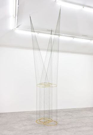 Artur Lescher Infinito Triple, 2018 Brass and green multifilament lines 550 x 100 x 100 cm 216 1/2 x 39 3/8 x 39 3/8 in Ed 5/5 © Artur Lescher - Photo: Rebecca Fanuele Courtesy of the Artist and Almine Rech